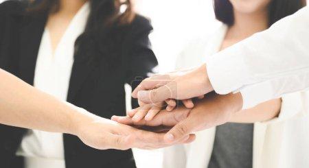 Fermer les jeunes gens d'affaires mettre leurs mains ensemble. Une pile de mains. Concept d'unité et de travail d'équipe.
