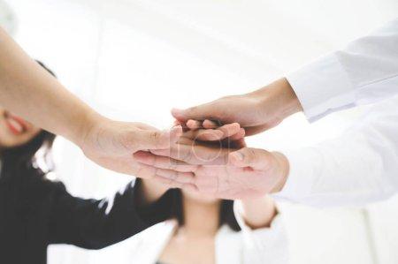 Le travail d'équipe de l'équipe d'affaires unissent les mains concept de partenariat
