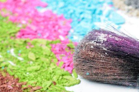 Photo pour Pinceau de maquillage professionnel sur fard à paupières concassée coloré - image libre de droit