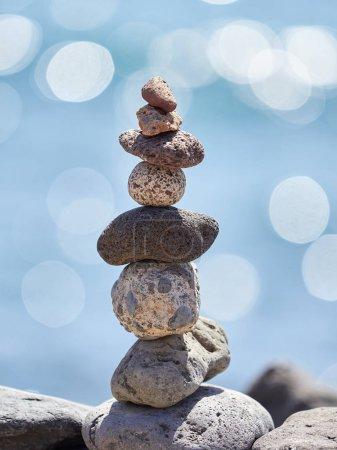 Photo pour Pile de pierres sur la plage - ancien rituel pour la bonne fortune et la prospérité - image libre de droit