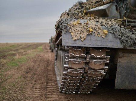 Photo pour Pistes de chenilles de char militaire - image libre de droit