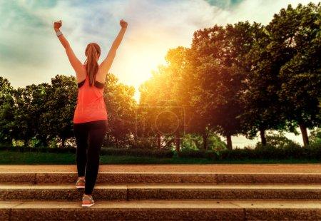 Photo pour Jogger heureux escalier vers le haut dans la ville - image libre de droit