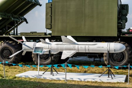 ZHUKOVSKY, RUSIA - 26 AGO 2015: El misil táctico antibuque x-35 está diseñado para destruir misiles, torpedos, barcos de artillería, barcos de superficie y transporte marítimo en el salón de exposiciones MAKS-2015