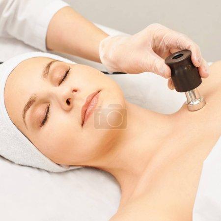 Mesotherapie ohne Injektion. Arzt und Patient in der Klinik. Verjüngungskosmetologie-Tool. Frau ästhetische Hautgesichtsbehandlung. Anti-Falten-Lifting