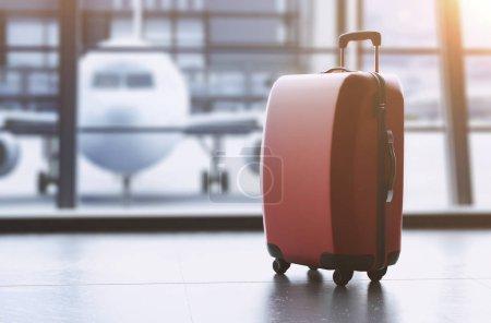 Photo pour Fond de thème de voyage avec des bagages colorés à l'aéroport - image libre de droit
