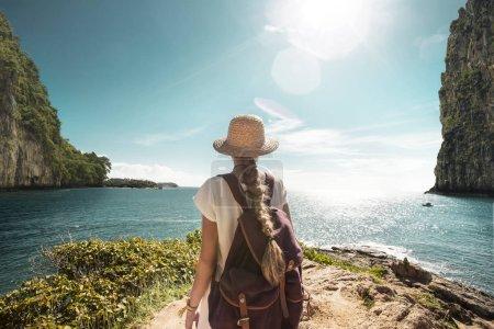 Photo pour Fille voyageur portant chapeau de paille dans un paysage marin rocheux - image libre de droit