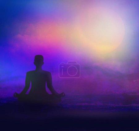 Photo pour Méditation sur la plage de mer au crépuscule - image libre de droit