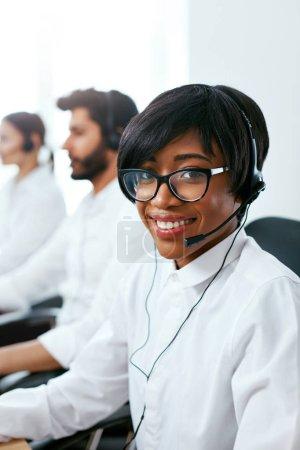Photo pour Agent du centre d'appels travaillant sur Hotline. Attrayant Afro-Américain Femme au service des clients dans le centre de contact. Haute résolution - image libre de droit