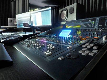 Photo pour Studio d'enregistrement sonore avec équipement professionnel d'enregistrement de musique, panneau de commande de mélangeur et moniteurs d'ordinateur. Haute résolution - image libre de droit