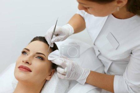 Photo pour Nettoyage de la peau de visage. Femme sur un nettoyage mécanique du visage. Cosmétologue faire procédure clinique de cosmétologie pour la jeune femme. Haute résolution - image libre de droit