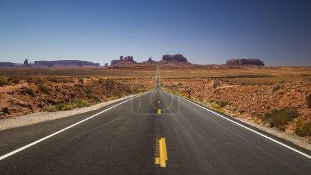 Photo pour Route goudronnée en automne - image libre de droit