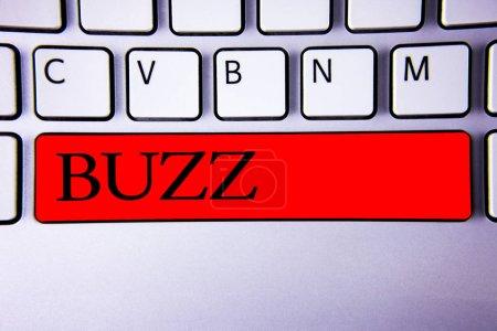 Handschriftliches Textschreiben brummt. Konzept bedeutet Brummen Brummen Drone Fizz Ring Sibilation Whir Alarm Signalton Tastatur rote Taste Absicht erstellen Nachricht Idee kommunizieren Papier