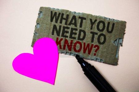 Photo pour Texte indiquant ce que vous devez savoir Question. Photo conceptuelle Éducation développe vos connaissances et compétences Brown carton idées rugueuses message coeur amour sauvage belles intentions - image libre de droit