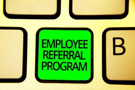 Schreibnotiz, die das Überweisungsprogramm für Mitarbeiter zeigt. Geschäftsfoto zeigt Mitarbeiter empfehlen qualifizierte Freunde Verwandte Tastatur grüne Taste Absicht Computer Computing Reflexionsdokument