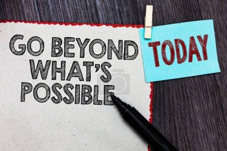 Foto de Escribiendo una nota que muestra Go Beyond What s is Possible. Foto de negocios mostrando hacer cosas más grandes Usted puede alcanzar los sueños Página blanca bordes rojos marcador pinza recordatorio fondo de madera - Imagen libre de derechos