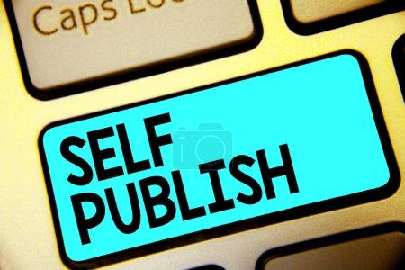 Schreibnotiz, die Selbstveröffentlichung zeigt. Geschäftsfoto, das veröffentlichte Arbeiten unabhängig und auf eigene Kosten zeigt, Indie-Autor Keyboard Blue Key Intention Computer Computing Reflexionsdokument.