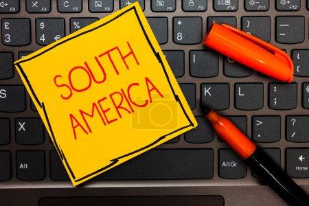 Photo pour Note d'écriture montrant l'Amérique du Sud. Photo d'affaires mettant en valeur le continent dans l'hémisphère occidental Latinos connus pour les carnavals Clavier en papier jaune Inspiration communiquer des idées marqueurs orange - image libre de droit