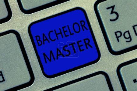 Photo pour Note d'écriture montrant Bachelor Master. Photo d'affaires présentant un diplôme avancé obtenu après un baccalauréat . - image libre de droit