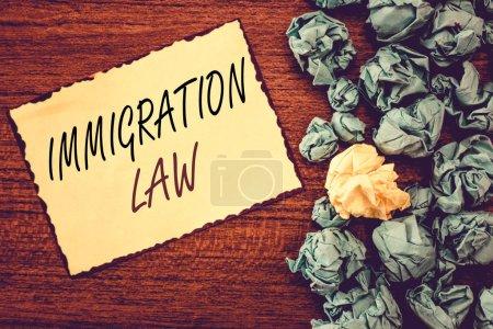 Photo pour Texte textuel Loi sur l'immigration. Concept d'entreprise pour l'émigration d'un citoyen doit être licite dans la prise de voyage . - image libre de droit