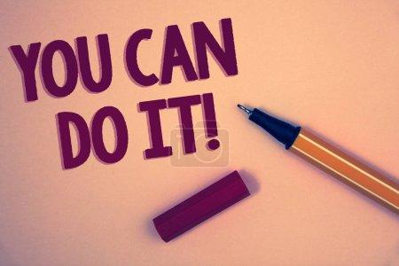 Foto de Escritura manual conceptual que muestra que puedes hacerlo Llamada motivacional. Foto de negocios mostrando mensaje inspirador palabras positivas motivacionales fondo amarillo azul abierto pluma amarilla mensaje carta - Imagen libre de derechos