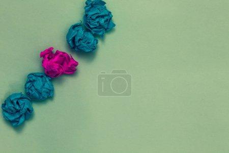 Photo pour Conception concept d'entreprise Copie vide du texte pour les bannières Web matériel promotionnel modèle maquette. Dessiné bleu et rouge mots sarcelle couleur papier grumeau mi-rose sur fond bleu - image libre de droit