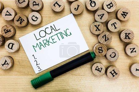 Escribiendo nota mostrando Marketing Local. Exposición de fotos de negocios Un negocio local donde un producto compra y vende en la base de área