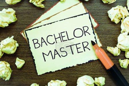 Photo pour Texte d'écriture de texte Bachelor Master. Concept d'entreprise pour Un diplôme d'études supérieures obtenu après le baccalauréat . - image libre de droit
