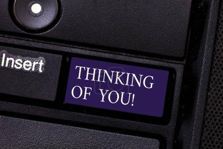 Photo pour Mot écrit texte Thinking Of You. Concept d'affaires pour d'avoir quelqu'un sur l'esprit, se rappelant une démonstration avec amour touche du clavier entendait créer message ordinateur en appuyant sur idée de clavier - image libre de droit