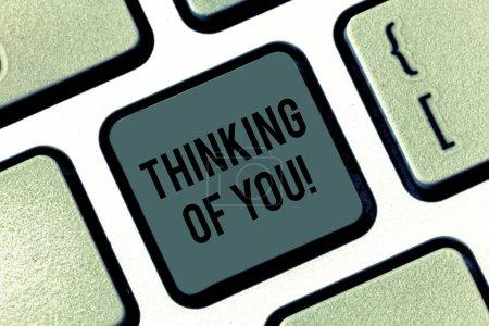 Photo pour Écriture remarque montrant Thinking Of You. Photo d'entreprise mettant en vedette pour avoir quelqu'un sur l'esprit, se rappelant une démonstration avec l'amour touche clavier entendait créer message ordinateur en appuyant sur idée de clavier - image libre de droit