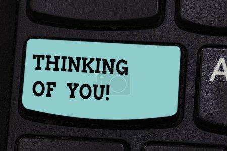 Photo pour Texte manuscrit Thinking Of You. Concept, ce qui signifie que d'avoir quelqu'un sur l'esprit, se rappelant une démonstration avec amour touche du clavier entendait créer message ordinateur en appuyant sur idée de clavier - image libre de droit
