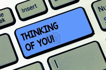Photo pour Conceptuelle main écrit montrant Thinking Of You. Texte photo entreprise d'avoir quelqu'un sur l'esprit, se rappelant une démonstration avec l'amour touche clavier entendait créer ordinateur message idée - image libre de droit