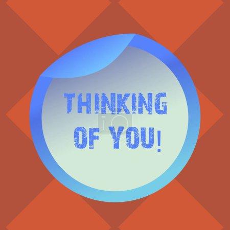 Photo pour Texte manuscrit écrit Thinking Of You. Concept, ce qui signifie que d'avoir quelqu'un sur l'esprit, se rappelant une démonstration avec amour bouteille emballage blanc couvercle Carton contenant facile à Open fleuret joint couvre - image libre de droit