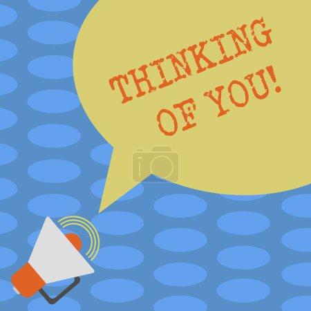 Photo pour Mot écrit texte Thinking Of You. Concept d'affaires pour d'avoir quelqu'un sur l'esprit, se rappelant une démonstration avec amour mégaphone avec l'icône de Volume sonore et la bulle de dialogue vide couleur photo - image libre de droit