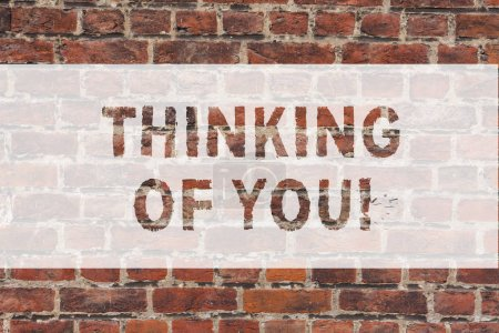 Photo pour Texte manuscrit écrit Thinking Of You. Concept, ce qui signifie que d'avoir quelqu'un sur l'esprit, se rappelant une démonstration d'amour art mur de briques comme appel de motivation Graffiti sur le mur - image libre de droit