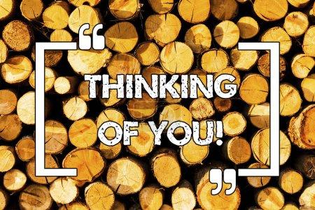 Photo pour Mot écrit texte Thinking Of You. Concept d'affaires pour d'avoir quelqu'un sur l'esprit, se rappelant une démonstration avec amour fond en bois vintage bois message sauvage idées intentions pensées - image libre de droit