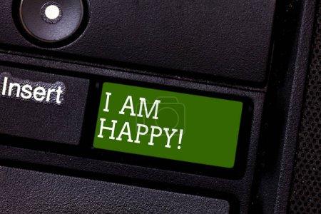 Photo pour Texte manuscrit Je suis heureux. Signification du concept Avoir une vie remplie d'amour bonheur au travail Clé de clavier Intention de créer un message informatique appuyant sur l'idée du clavier - image libre de droit