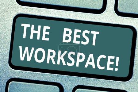Photo pour Signe de texte montrant le meilleur espace de travail. Espace photo conceptuel dans lequel travailler avec internet et les bons outils clavier touches entendait créer message ordinateur en appuyant sur idée de clavier - image libre de droit