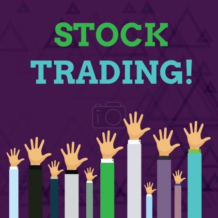 Photo pour Signe texte indiquant Stock Trading. Texte de la photo d'affaires l'action ou l'activité d'achat et de vente d'actions sur le marché Mains de plusieurs hommes d'affaires levant au-dessus de la tête, face à la paume - image libre de droit
