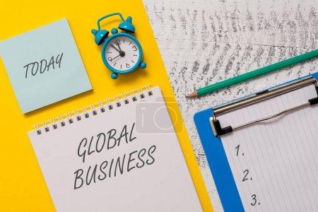 Photo pour Rédaction de main conceptuelle montrant Global Business. Concept signifiant Commerce et système d'affaires une compagnie faisant à travers le monde Spiral feuille de feuille de marqueur d'alarme de déclenchement en bois - image libre de droit