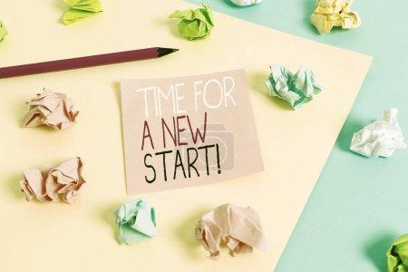 Photo pour Note d'écriture montrant Time For A New Start. Concept d'affaires pour quelque chose est censé commencer dès maintenant Fresh job Colored froissé papiers vides rappel bleu jaune pince à linge - image libre de droit