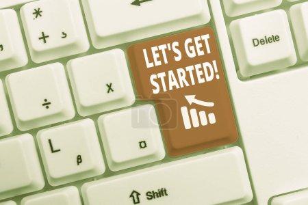 Photo pour Signe de texte affichant Let S Get Started. Texte de photo d'affaires encourageant quelqu'un pour commencer à faire quelque chose de clavier de PC blanc avec le papier vide de note au-dessus de l'espace blanc de copie de clé de fond - image libre de droit