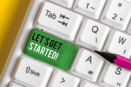 Photo pour Note d'écriture montrant Let S Get Started. Concept d'entreprise pour encourager quelqu'un à commencer à faire quelque chose de clavier pc blanc avec du papier de note au-dessus du fond blanc - image libre de droit