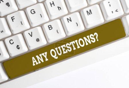 Photo pour Texte d'écriture manuscrite écrivant toutes les questions questions. Photo conceptuelle que vous dites écrire l'ordre de demander à démontrer quelque chose de clavier PC blanc avec du papier à note vide au-dessus de l'espace de copie clé de fond blanc - image libre de droit
