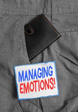 Photo pour Texte d'écriture gérant des émotions. Capacité de photo conceptuelle être ouvert aux sentiments et les moduler en soi Petit petit portefeuille à l'intérieur de la poche avant de pantalon d'homme près du papier de notation - image libre de droit