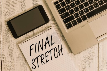 Photo pour Texte d'écriture Final Stretch. Photo conceptuelle Last Leg Conclusionding Round Ultimate Stage Finale Year ender Metallic laptop blank ruled notepad smartphone lying old wooden table - image libre de droit
