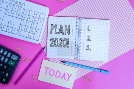 Photo pour Note d'écriture montrant le plan 2020. Concept d'entreprise pour la proposition détaillée faisant réaliser quelque chose l'année prochaine Équipements d'écriture et étoffes d'ordinateur placées au-dessus de la table plate colorée - image libre de droit