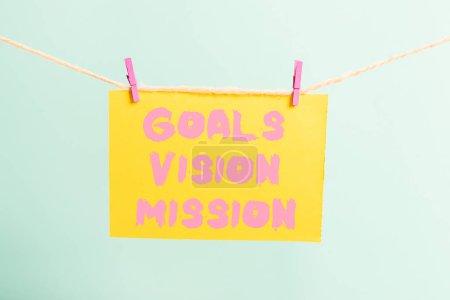 Photo pour Rédaction de main conceptuelle montrant Goals Vision Mission. Concept signifiant processus pratique de planification utilisé pour aider le groupe communautaire Clothespin rectangle en forme de papier rappel bureau en bois blanc - image libre de droit