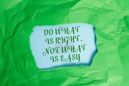 Photo pour Signe de texte affichant faire ce qui est juste pas ce qui est facile. Texte de photo d'affaires disposé à se lever pour ce qui est juste vert froissé déchiré centre de feuille de papier coloré déchiré fond coloré - image libre de droit