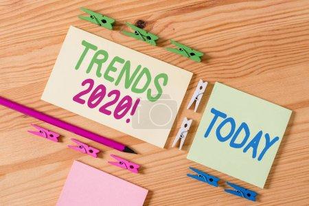 Photo pour Texte d'écriture Trends 2020. Direction générale de photo conceptuelle dans laquelle quelque chose développe ou change les papiers colorés de corde vide de plancher de rappel - image libre de droit
