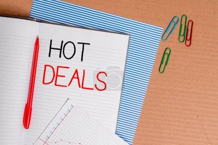 Photo pour Note d'écriture montrant Hot Deals. Concept d'entreprise pour Un accord par lequel l'un des paties est offert et accepte le papier carton rayé notebook paper bureau d'étude fournitures papier graphique - image libre de droit